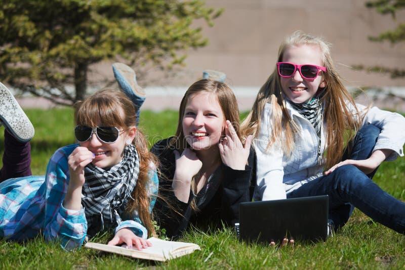 девушки засевают счастливый лежать травой стоковые фотографии rf