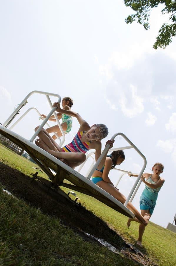 девушки играя детенышей стоковые изображения rf