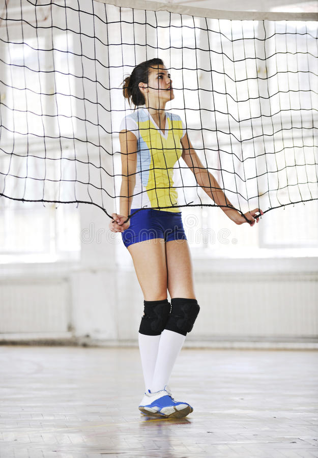 Девушки играя игру волейбола крытую стоковые фотографии rf