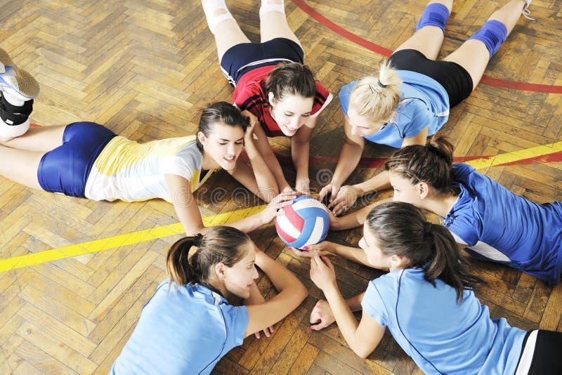 Девушки играя игру волейбола крытую стоковые изображения rf