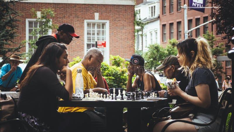 2 девушки играя шахмат на парке стоковое фото