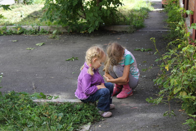 Девушки играя outdoors 18550 стоковое изображение