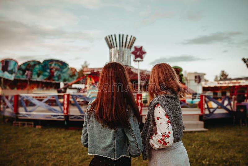 Девушки идя к tivoli справедливо стоковые изображения rf