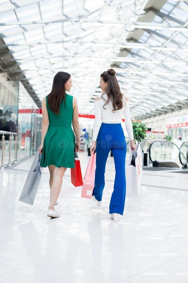 Девушки идя над торговым центром стоковое фото