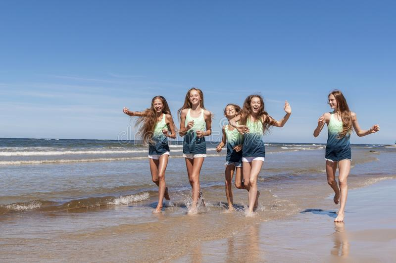 Девушки идя на пляж стоковая фотография rf