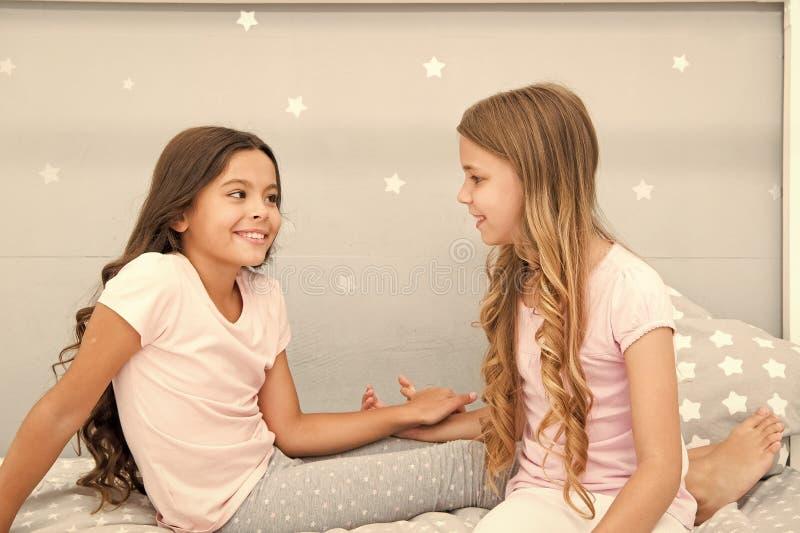 Девушки имея потеху совместно Girlish отдых Друзья сестер делят сплетни имея потеху дома Партия пижам для детей стоковая фотография rf
