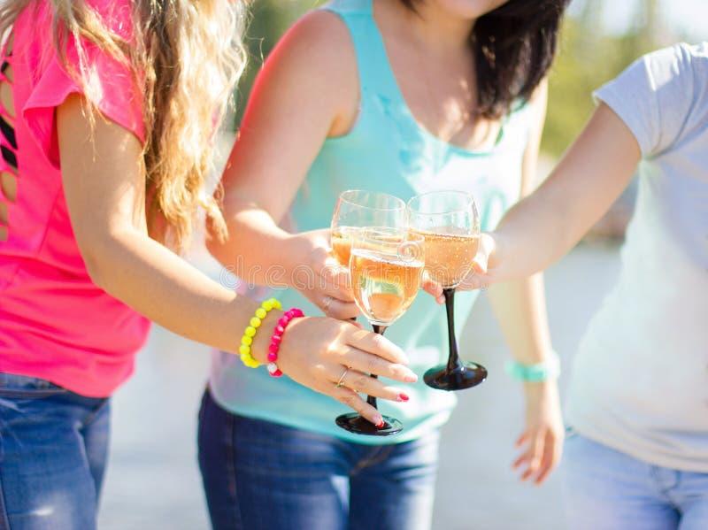 Девушки имея шампанское потехи выпивая и празднуя день рождения стоковые фотографии rf