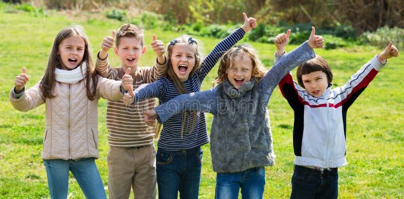 Девушки и мальчики начальной школы тратя время совместно стоковая фотография