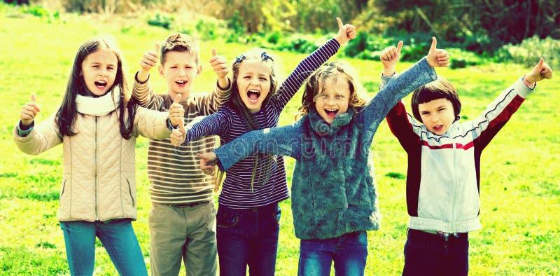 Девушки и мальчики начальной школы тратя время совместно стоковое изображение rf