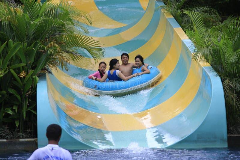 Девушки и подростки наслаждаются ездами воды стоковые фото