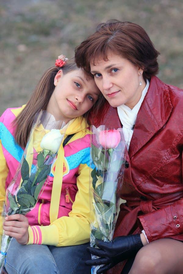 Девушки и цветки стоковое изображение rf