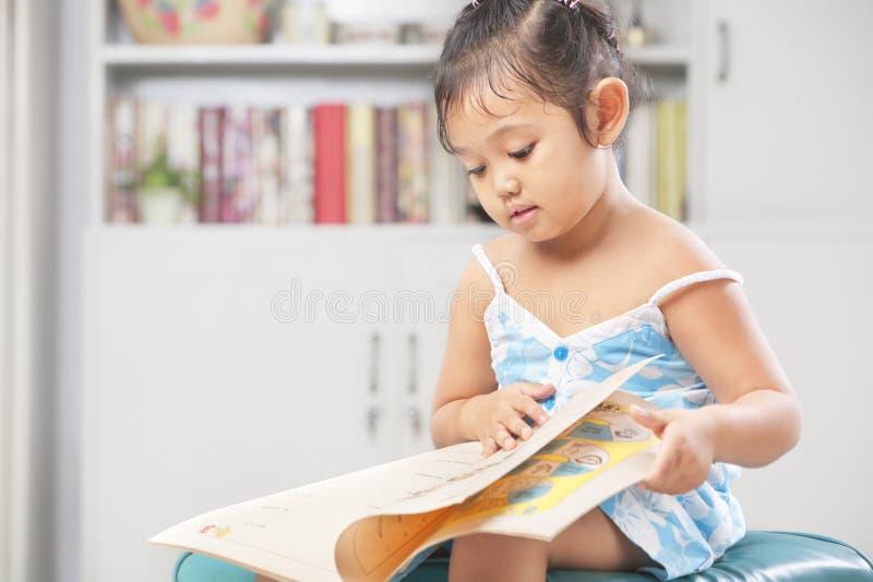 девушки книги меньшее чтение стоковое фото rf