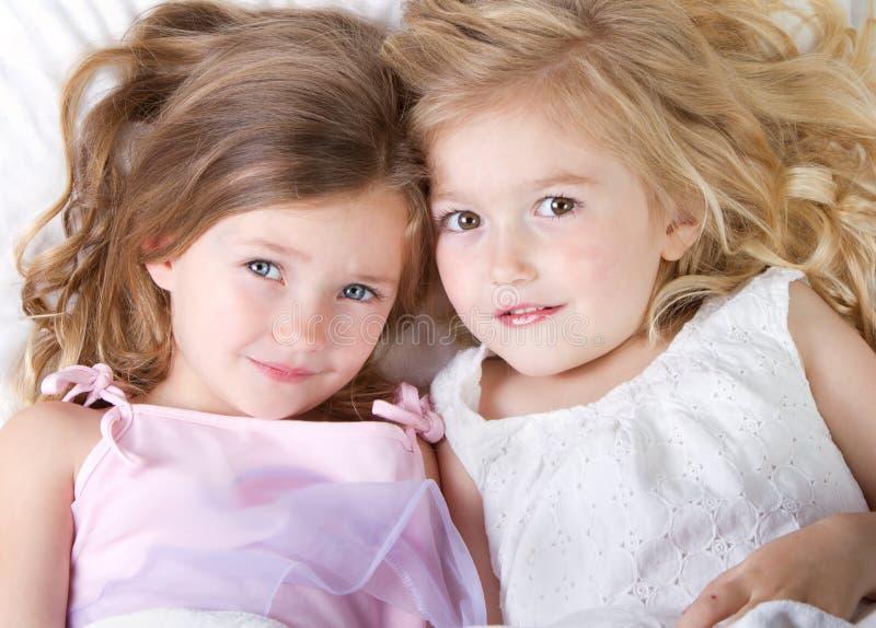 девушки кровати имея рассматривать сон вверх стоковое изображение