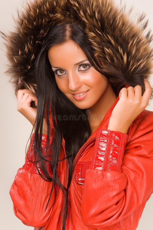 девушки куртки красный цвет довольно стоковая фотография rf