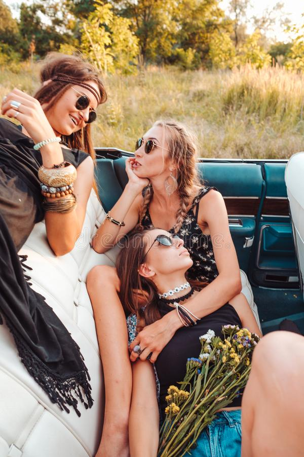 Девушки лежат в двуколке и представляют на камере стоковое фото rf