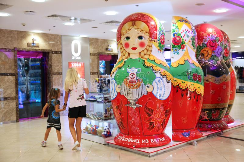 Девушки наблюдают окно с русскими сувенирами в форме стоковое фото rf
