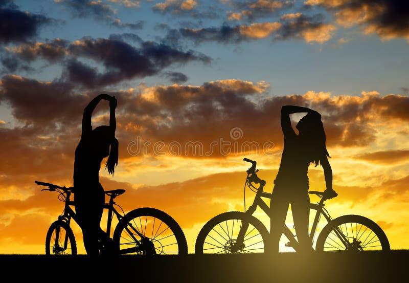 Девушки на велосипеде стоковые фотографии rf