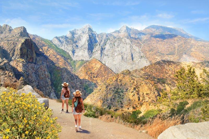 Девушки на пешем отключении в высоких горах стоковое фото