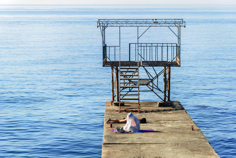 Девушки на пристани морским путем стоковое изображение