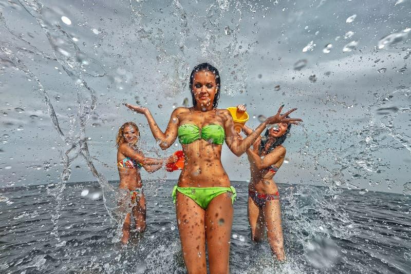 Девушки на пляже стоковое изображение rf