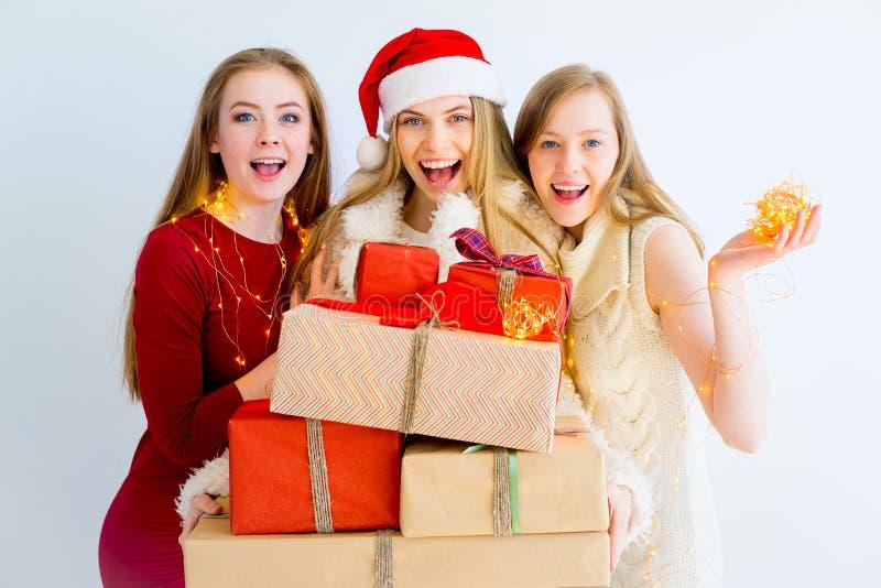 Девушки на рождественской вечеринке стоковые изображения