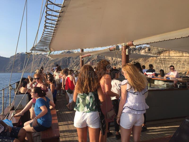 Девушки на шлюпке в Santorini стоковые изображения rf