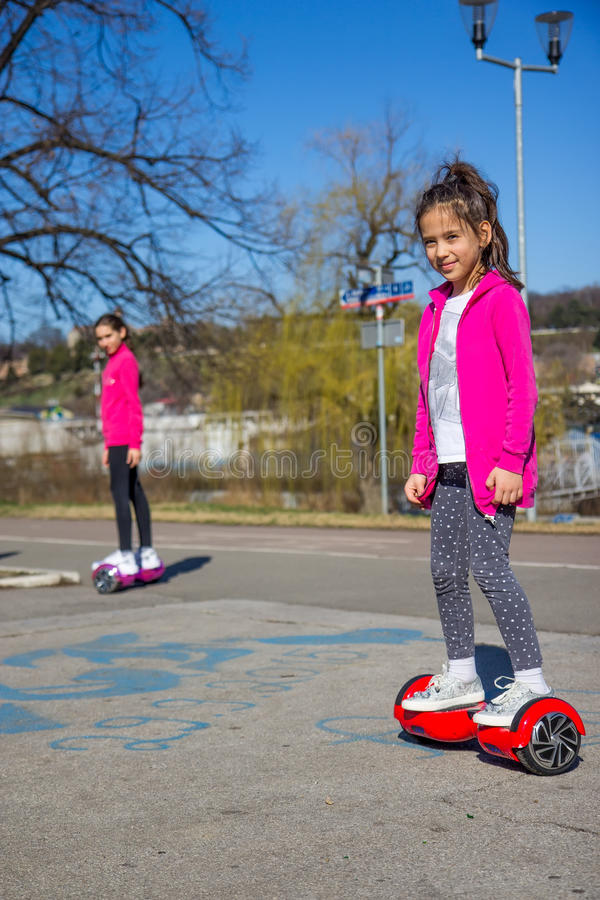 Девушки на hoverboard стоковая фотография