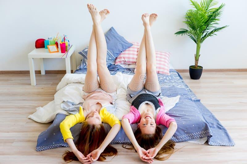 Девушки на sleepover стоковые фотографии rf