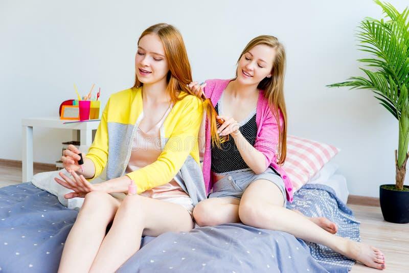 Девушки на sleepover стоковое изображение rf