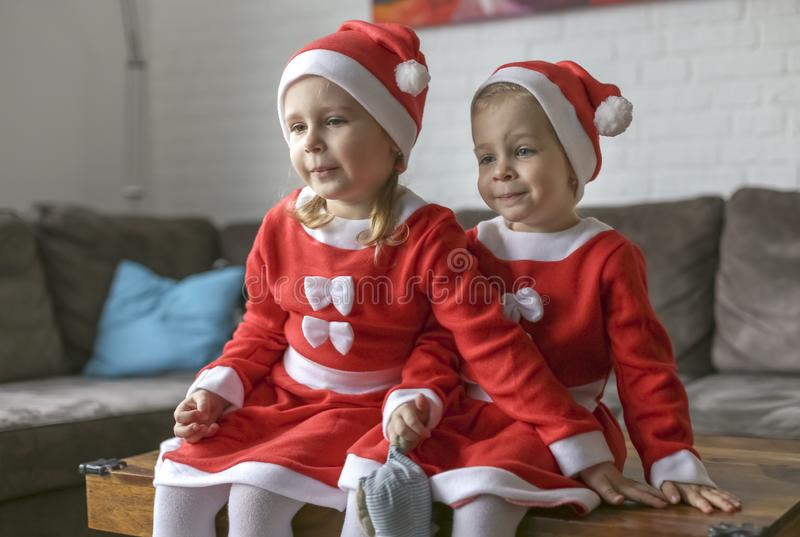Девушки, одетые для Санта Клауса стоковые фотографии rf