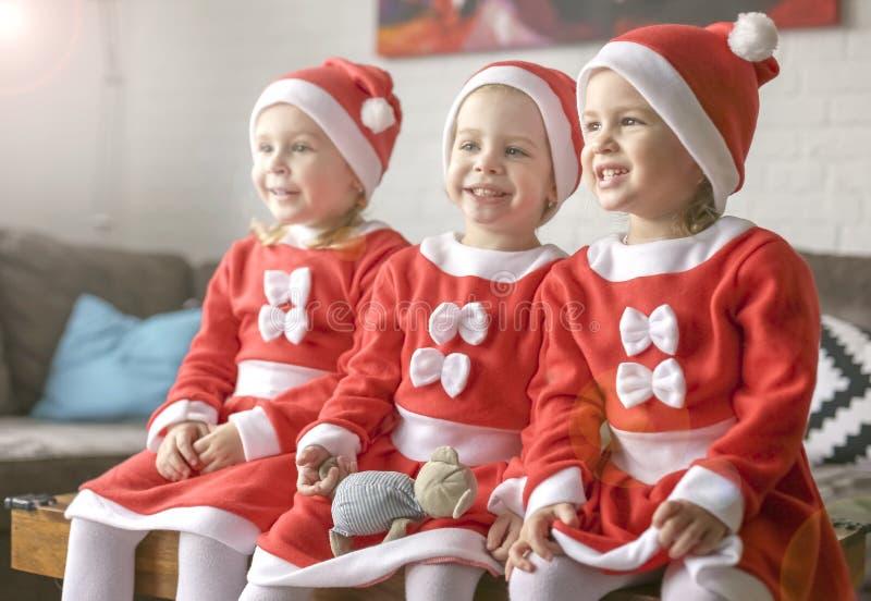 Девушки, одетые для Санта Клауса стоковая фотография rf