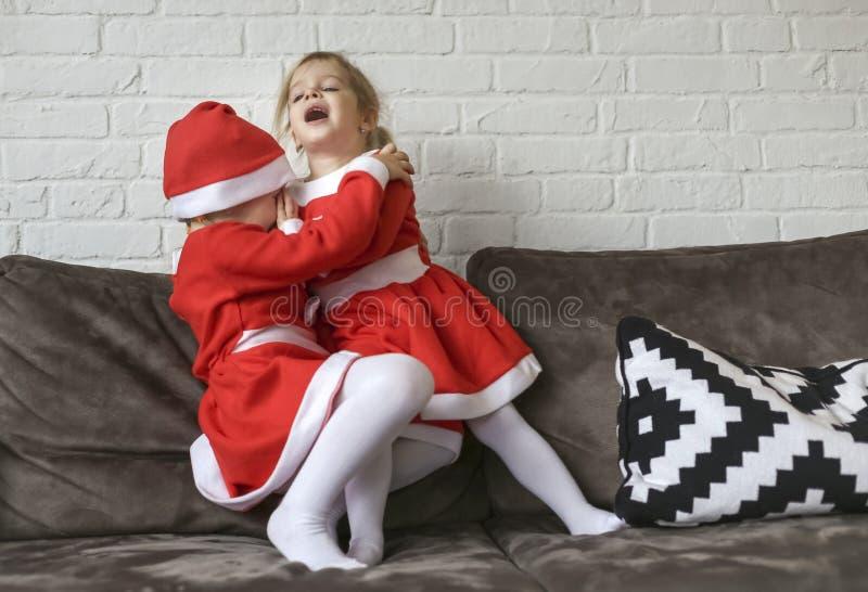 Девушки, одетые для Санта Клауса стоковое изображение rf