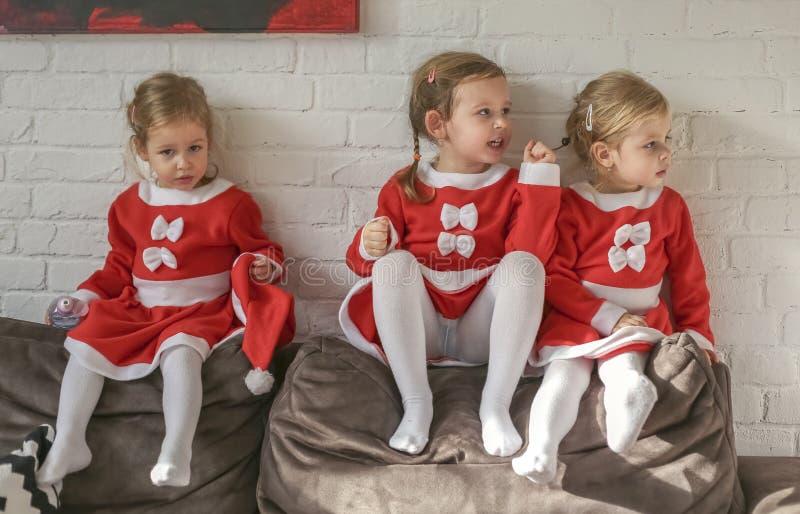 Девушки, одетые для Санта Клауса стоковые изображения
