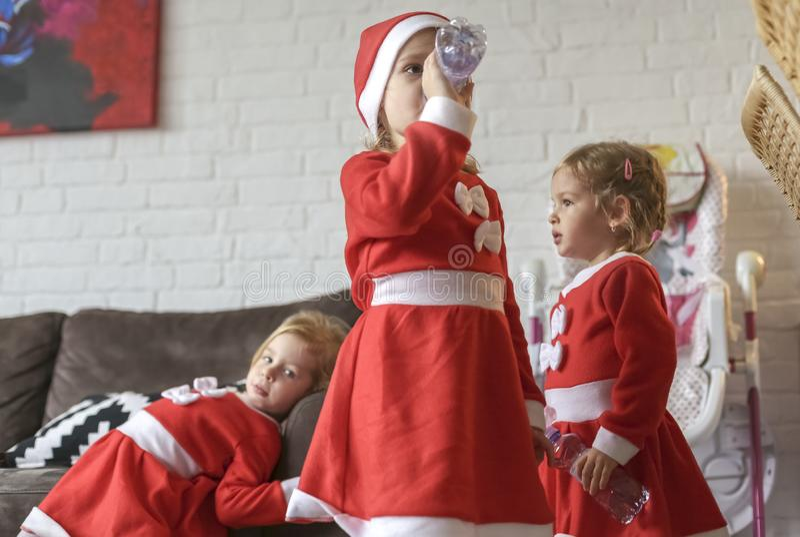 Девушки, одетые для Санта Клауса стоковые изображения rf