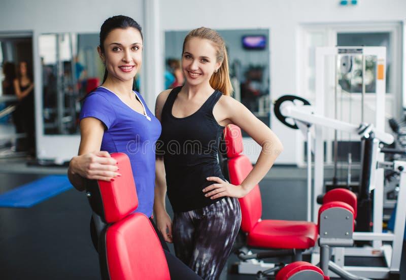 Девушки отдыхая после проведенной тренировки фитнеса стоковые фото