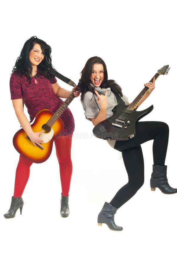Девушки полосы рок-звезд с гитарами стоковые изображения rf