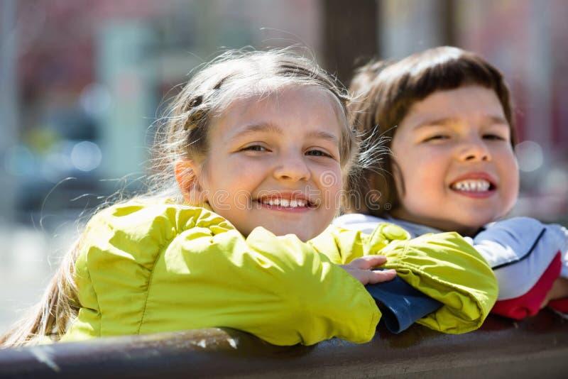 Девушки постаретые Preschool представляя в городской улице стоковое изображение rf