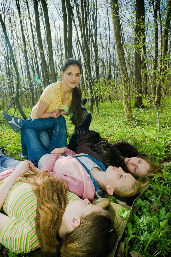девушки потехи пущи имея стоковая фотография rf