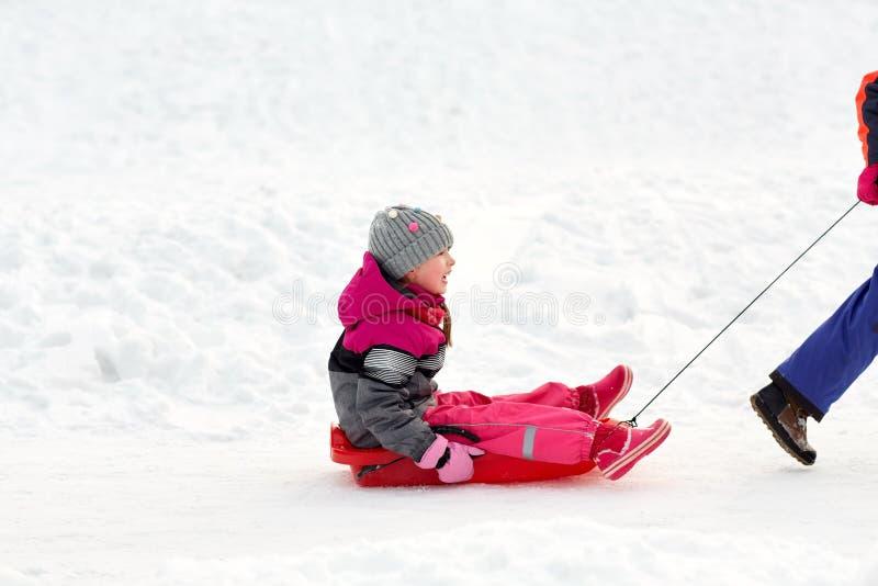 Девушки при скелетон имея потеху outdoors в зиме стоковая фотография rf