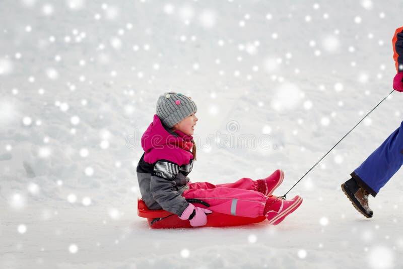 Девушки при скелетон имея потеху outdoors в зиме стоковые изображения rf
