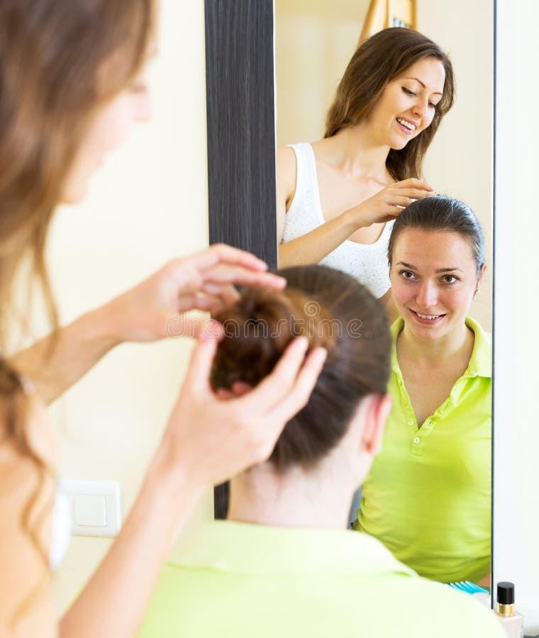Девушки расчесывая волосы стоковое изображение rf