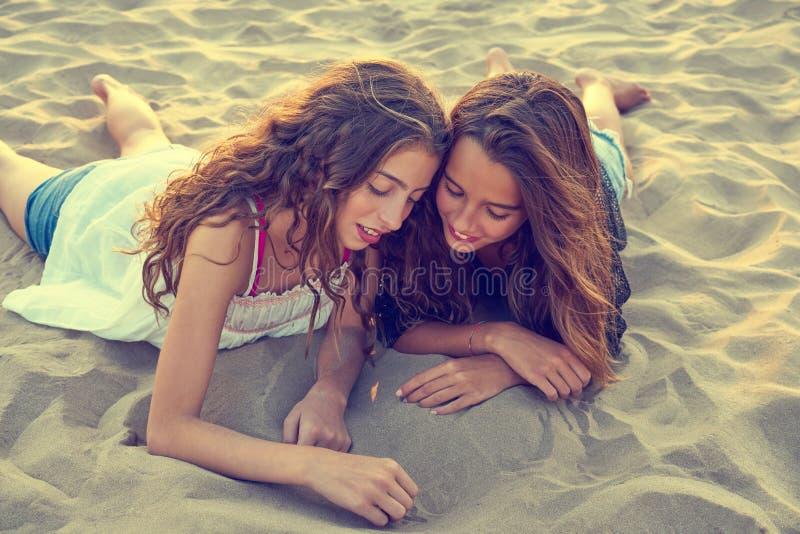 Девушки рисуя палец на песке пляжа на лете стоковое изображение rf