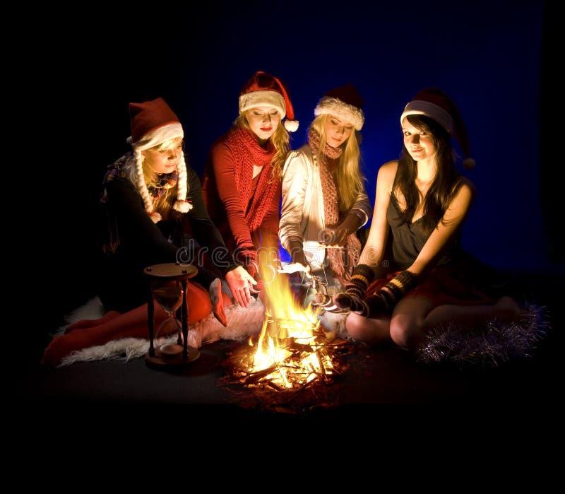 девушки рождества лагерного костера стоковое изображение rf