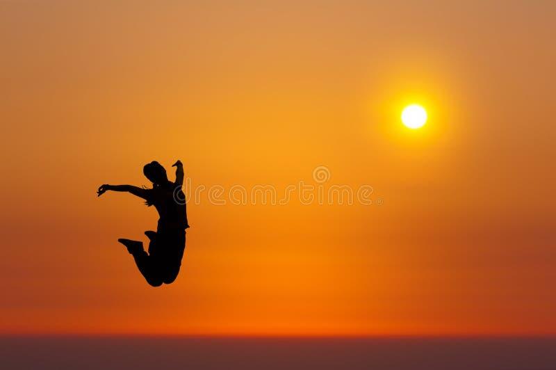 девушки скачут восход солнца стоковая фотография rf