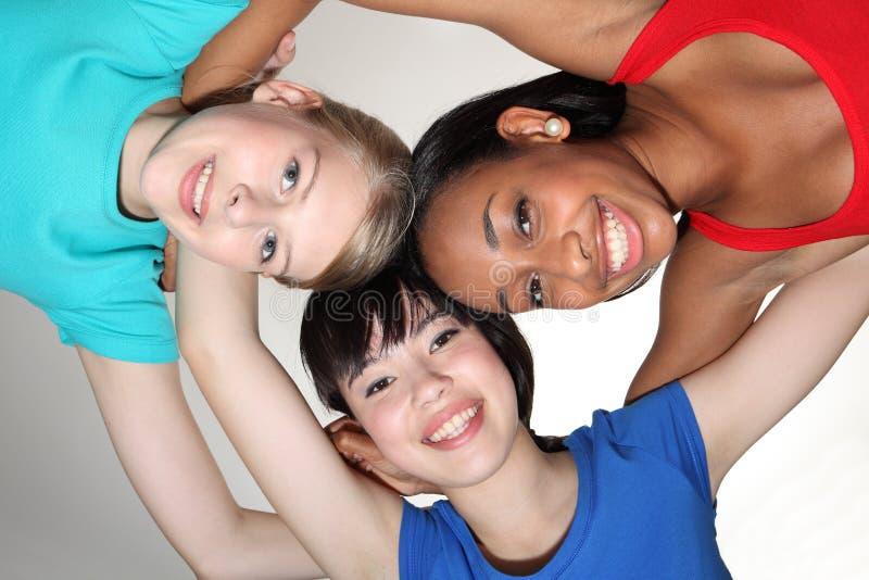 девушки собирают счастливого студента смешанной гонки huddle стоковое фото
