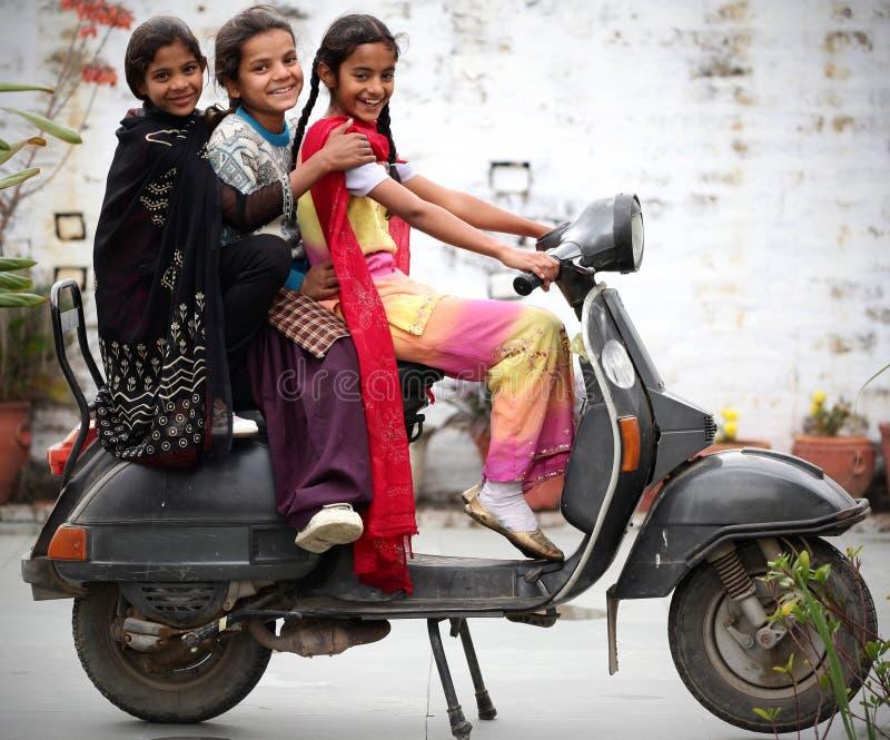 девушки счастливые стоковые фотографии rf
