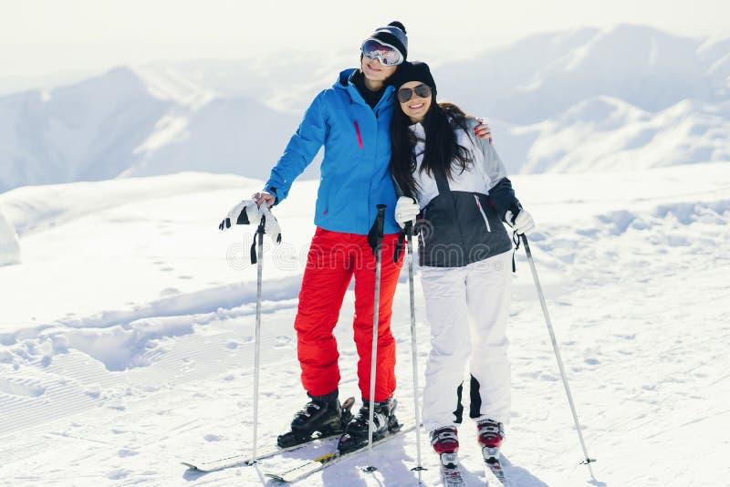 Девушки с лыжей стоковые изображения