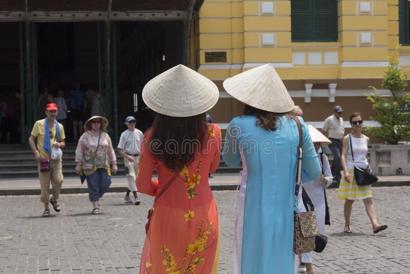 2 девушки с не шляпами Ла традиционными въетнамскими стоковые фотографии rf