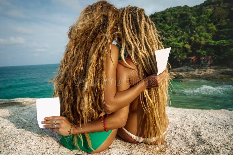 Девушки с рогульками на пляже стоковое изображение rf