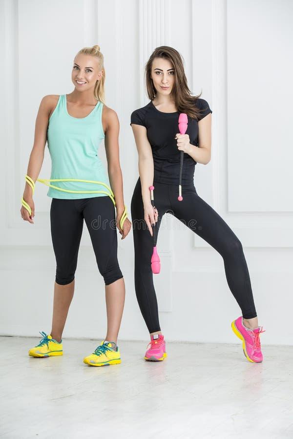 Девушки с спортивным инвентарем стоковая фотография